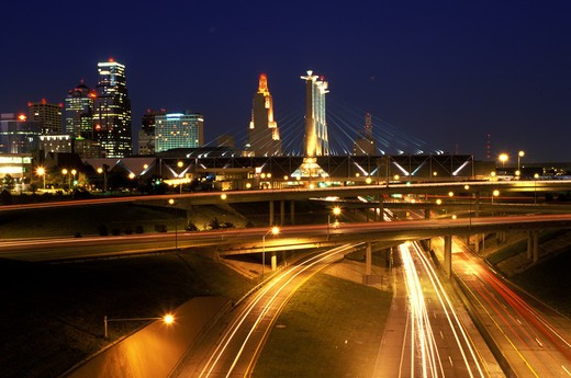 skyline, expressway, Kansas City, MO, Missouri, downtown skyline of Kansas City and I-670/I-35 at night. : Stock Photo