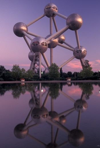 Brussels, Bruxelles, Belgium, Europe, Reflection of The Atomium, symbol of the 1958 World's Fair, a monument composed of nine giant metal spheres that represent the atoms of an iron molecule, in the water in the evening. : Stock Photo