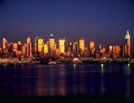Stock Photo: 4286-31048 New York skyline, evening