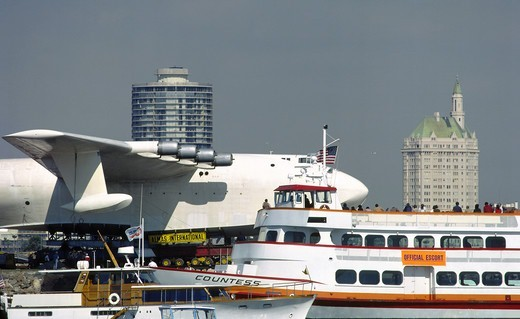 Sightseeing boats and official escorts follow the towing of the Spruce Goose in Long Beach, California : Stock Photo