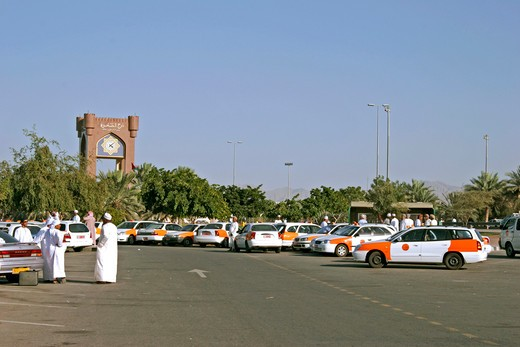 Sultanate Oman waiting taxis in the Sahwa Tower traffic of a circle. waiting taxis near Sahwa Tower : Stock Photo