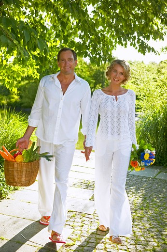 Stock Photo: 4286-63078 couple walking and smiling in summer