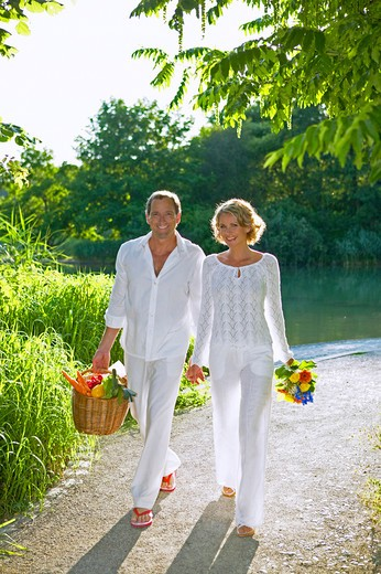 Stock Photo: 4286-63081 couple walking and smiling in summer