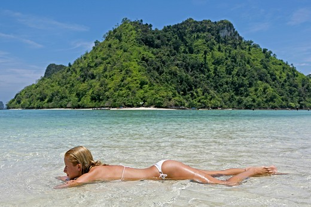 Junge Frau im Meer, Sommerurlaub : Stock Photo