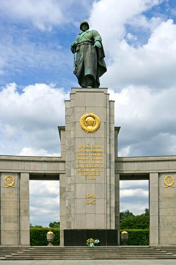 Germany, Berlin, Soviet monument to the memory of the fallen soldiers of the red army : Stock Photo