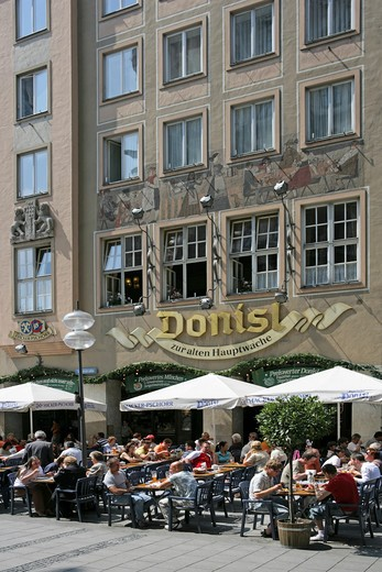 Stock Photo: 4286-69170 Germany Bavaria Munich People sitting outside the popular Donisl restaurant
