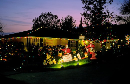 Southern California homes decorated with lights for the winter holidays : Stock Photo