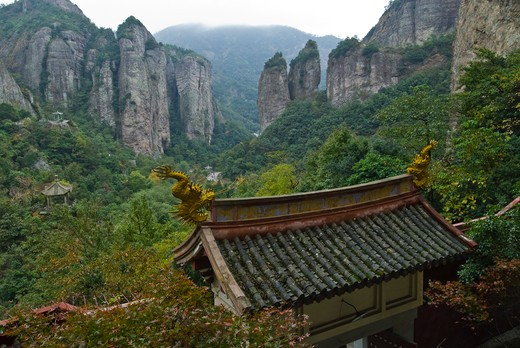 Taoist temple gate overlooking mountain valley, Yangdang Mountains, Wenzhou, Zheijiang Province, China : Stock Photo