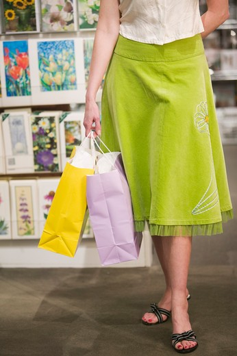 Caucasian female shopper, mid 40s.  PR : Stock Photo