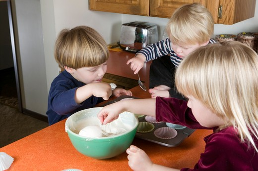 Stock Photo: 4286R-12109 Helping to Make Cup Cakes, MR-0601 MR-0618 MR-0619 PR-0617