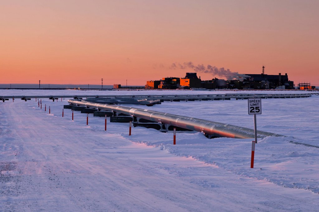 Stock Photo: 4289-14154 Pipelines and Flow Station 3 FS3 in the Prudhoe Bay oil field, Arctic Alaska, Winter