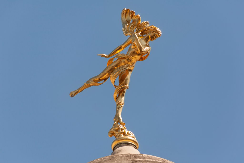 Golden statue of Shakespeare's Ariel on a dome of the Bank of England, London, England : Stock Photo