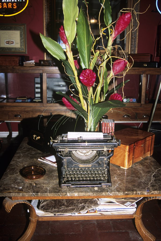 Antique typewriter on display in an antique shop, French Quarter, New Orleans, Louisiana, USA : Stock Photo