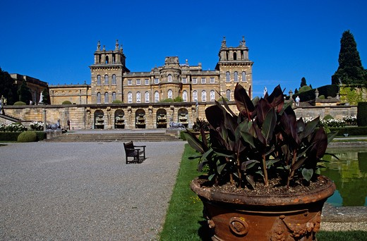 Blenheim Palace, Woodstock, near Oxford, Oxfordshire, England. Water fountains in wall, large plant pot, lower water terrace : Stock Photo