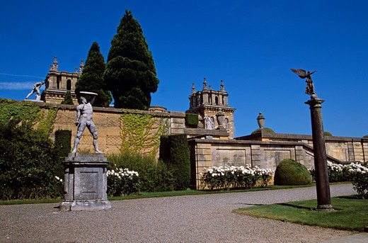 Blenheim Palace, Woodstock, near Oxford, Oxfordshire, England. Statues in lower water terrace. : Stock Photo