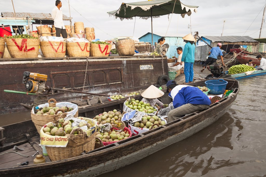 Stock Photo: 4290-9253 Vietnam, Mekong River Delta, Cai Rang, near Can Tho, boats and people in floating market