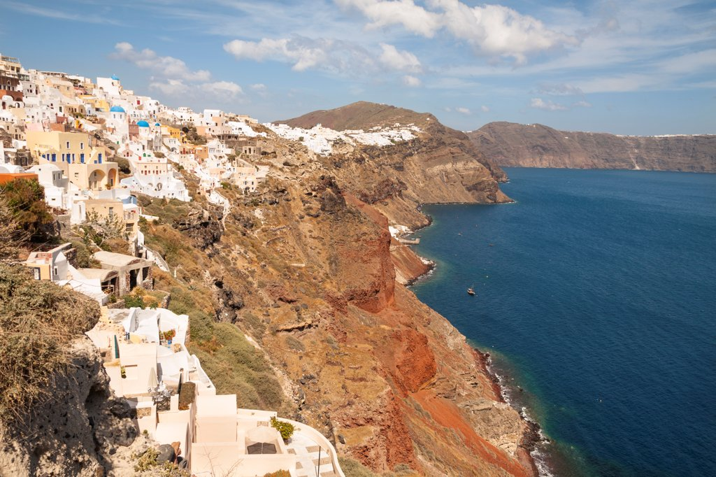 Overlooking the clifftop town of Oia, on the Greek island of Santorini, Greece : Stock Photo