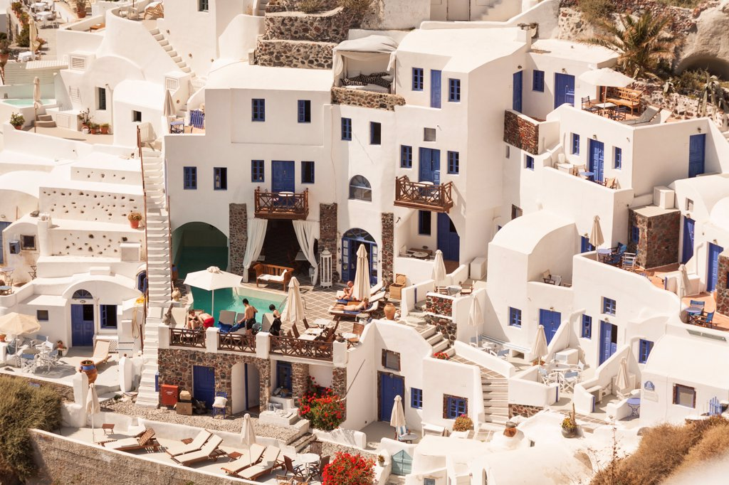 Overlooking a hotel built into the cliffside, Oia, on the Greek island of Santorini, Greece : Stock Photo
