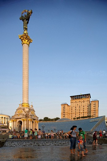 Stock Photo: 4292-106856 Ukraine, Kiev, Independence square, monument to Berehynia