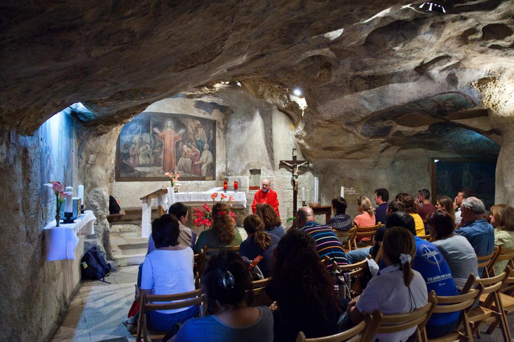 Stock Photo: 4292-114399 Israel, Jerusalem, people in Gethsemane Grotto