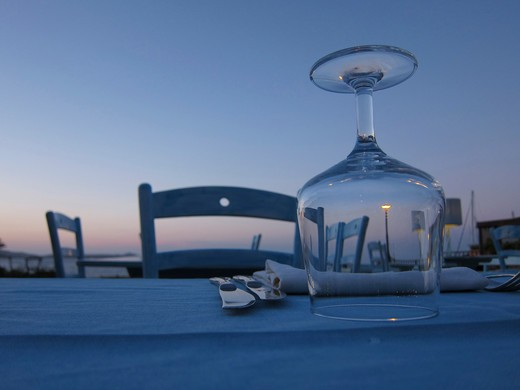 Table setting outdoors at dusk : Stock Photo