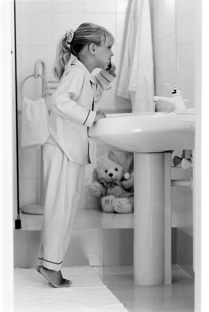 Girl brushing her teeth : Stock Photo