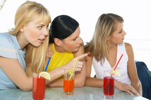 3 Frauen mit Drinks an der Strandbar, three women with drinks at the beach bar : Stock Photo