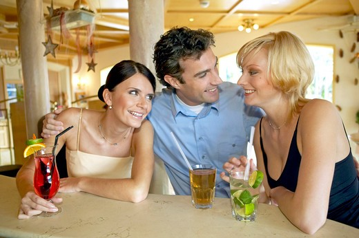 Stock Photo: 4292-131184 Mann flirtet mit zwei Frauen an der Hotelbar, Man flirting with two women at a hotel bar