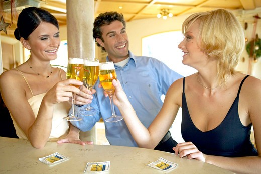 Stock Photo: 4292-131186 Mann flirtet mit zwei Frauen an der Hotelbar, Man flirting with two women at a hotel bar