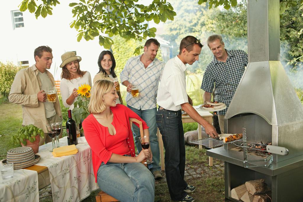 Froehliche Leute auf einer Gartenparty : Stock Photo