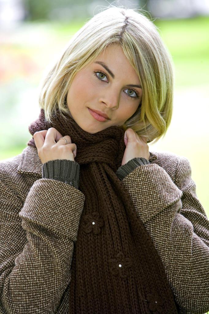 Stock Photo: 4292-131860 Frau, blond, Portrait, Herbst, 20-30 Jahre, Frauenportrait, gluecklich, Zufriedenheit, Ausgeglichenheit, Gesichtsausdruck, Stimmung positiv, Blick Kamera, herbstlich, aussen (model-release liegt ...