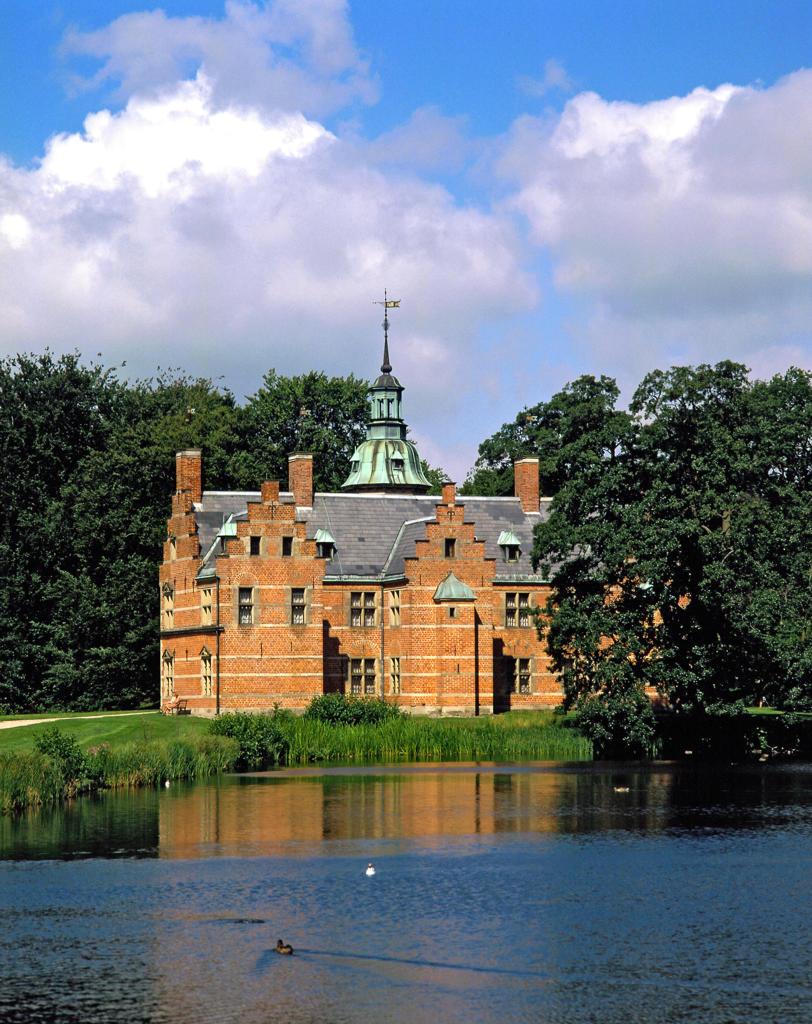 Denmark, Hilleroed, Hillerod, castle, summer residence,  maison de plaisance, Badstuen, park, lake, summer, Scandinavia, Zealand, Hillerod : Stock Photo
