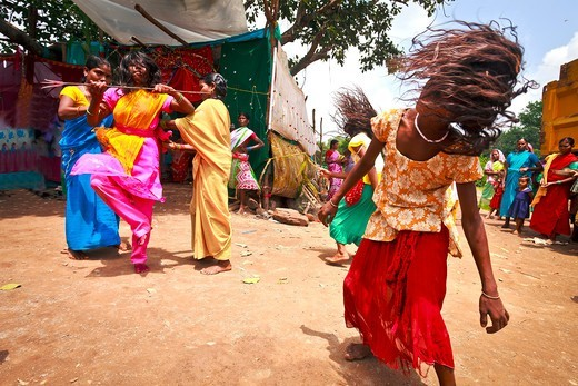 India, Chattisgarth, woman dancing and falling in trance : Stock Photo