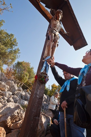 Stock Photo: 4292-142299 Bosnia and Herzegovina, Medjugorje, catholic pilgrims praying at a cross
