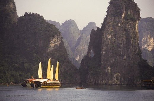 Stock Photo: 4292-142406 Asia, Vietnam, Ha Long bay and ships