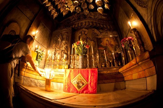 Stock Photo: 4292-151580 Israel, Jerusalem, Church of the Holy Sepulchre, Praying at the Stone of the Anointing
