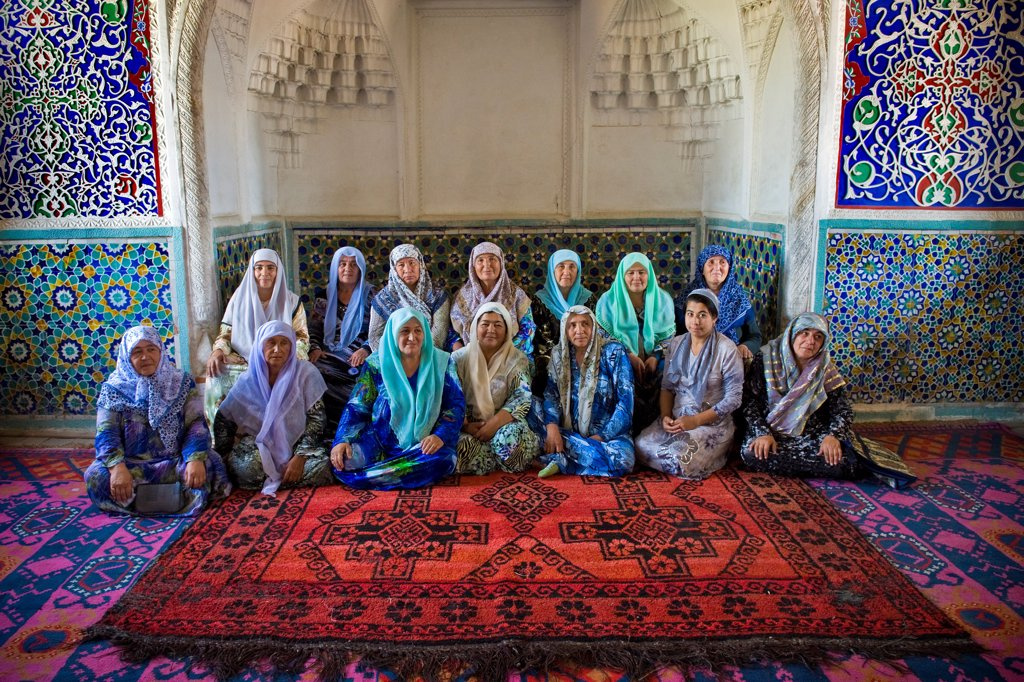 Stock Photo: 4292-153557 Uzbekistan, Kokand, Women inside Khudayarkhans palace