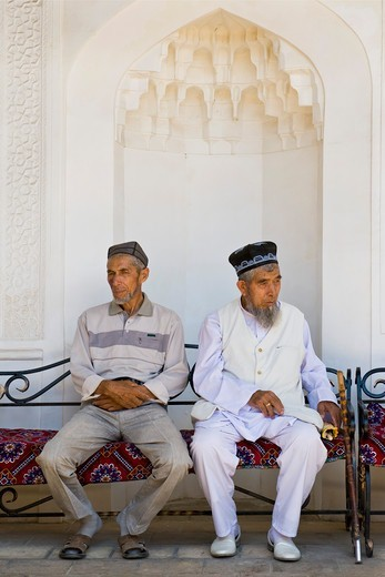 Uzbekistan, Samarkand, Shoi Zinda mausoleum, old men : Stock Photo