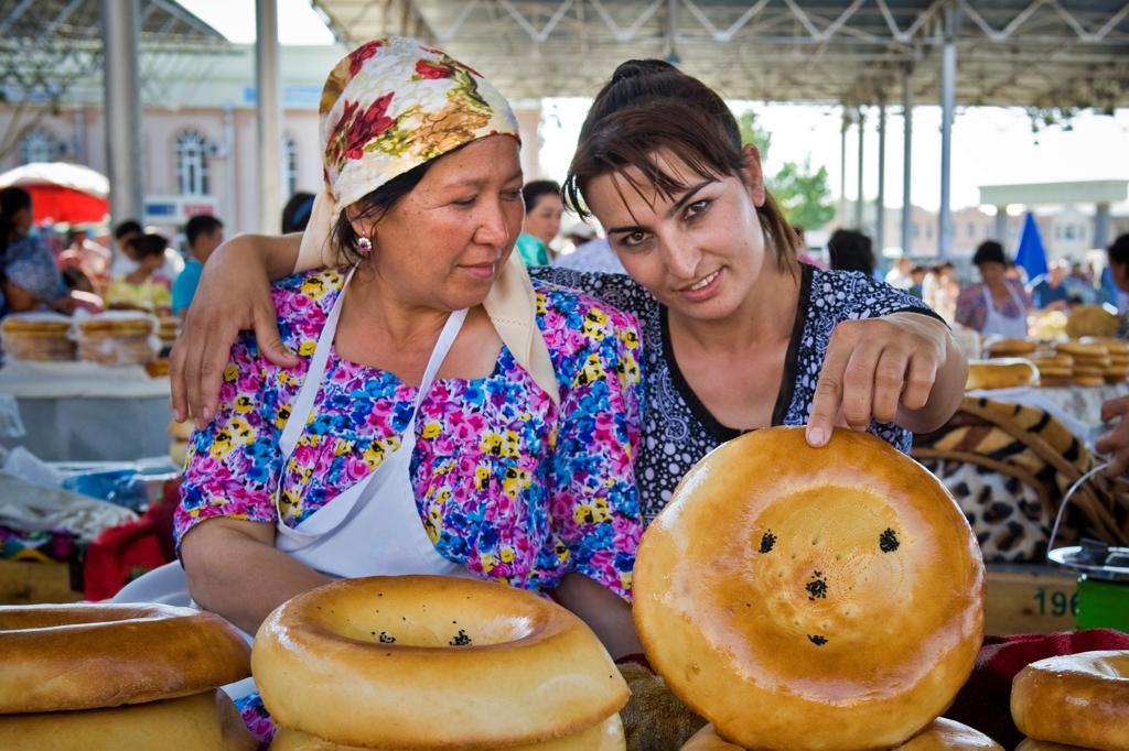 Stock Photo: 4292-153697 Uzbekistan, Samarkand, Siyob bazaar, bread sellers