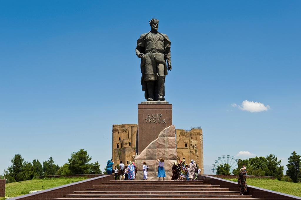 Uzbekistan, Shakhrisabz, Amir Temur statue : Stock Photo