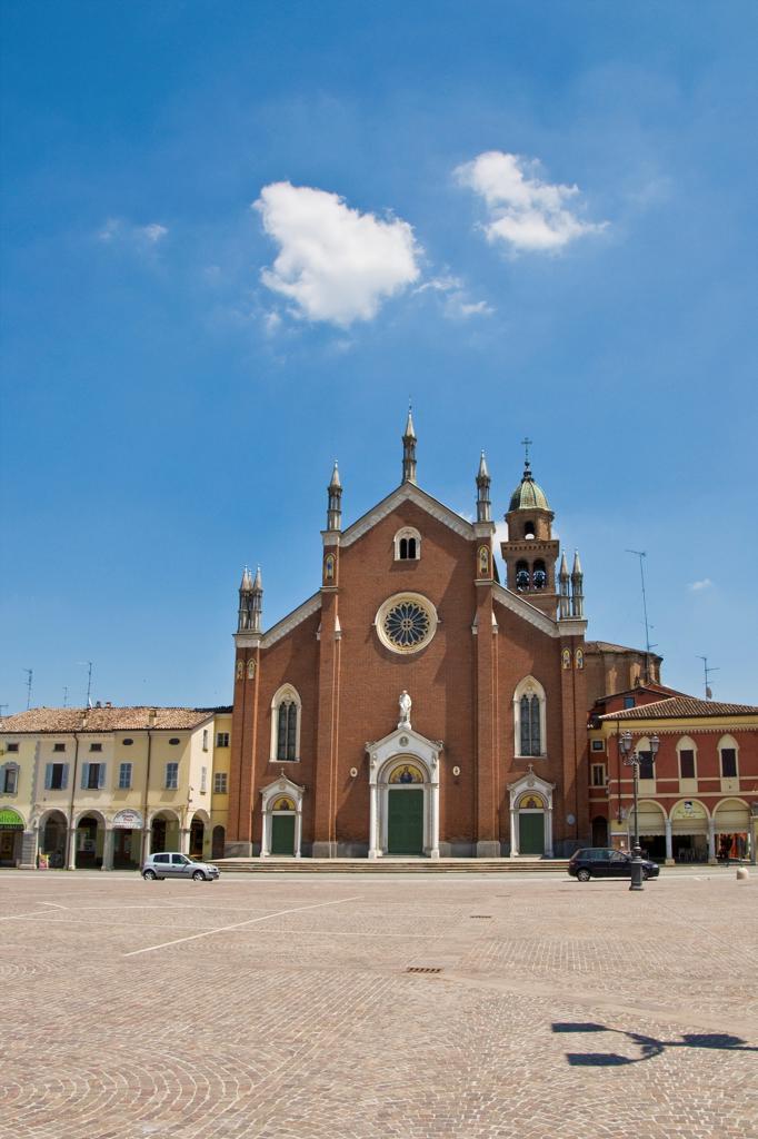 Italy, Emilia Romagna, Cortemaggiore, Patrioti town square, Santa Maria delle Grazie collegiate : Stock Photo