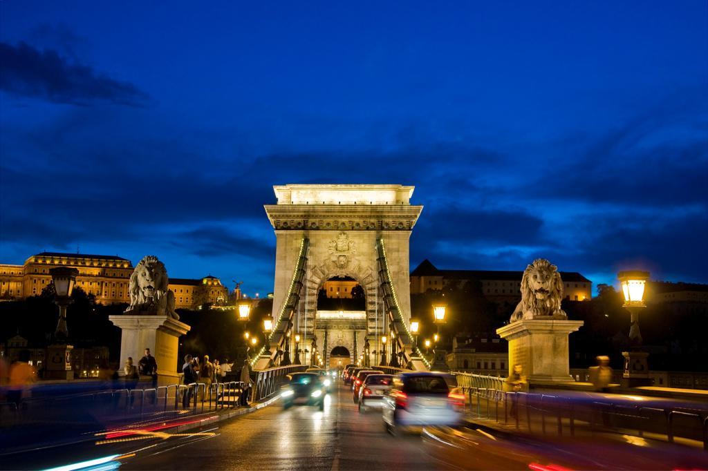Stock Photo: 4292-154520 Hungary, Budapest, Chains bridge