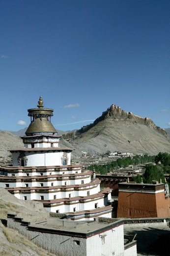 Stock Photo: 4292-35205 China, Tibet, Gyantse. Pelkor Chodi Monastery, Kumbum Pagoda and Gyantse Dzong Fortress