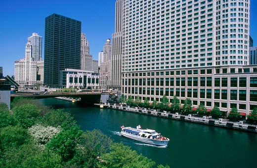 Illinois, Chicago. Chicago river and tourist boat : Stock Photo