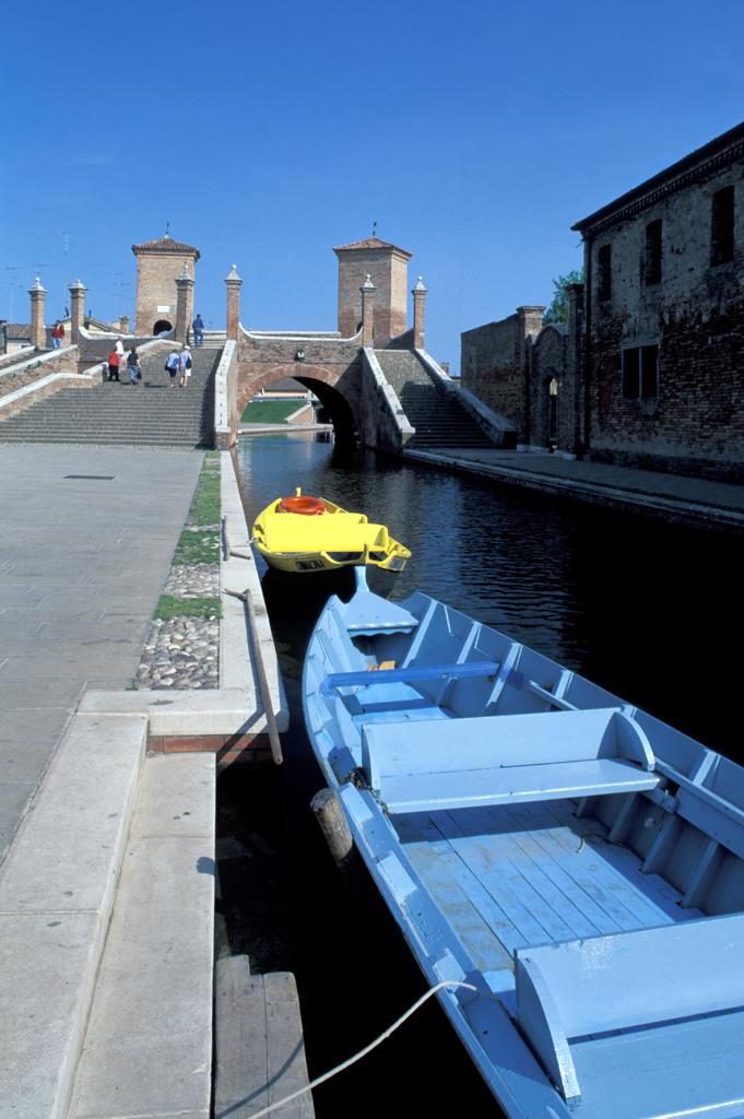 Emilia Romagna, Comacchio. The Trepponti bridge, the canal : Stock Photo