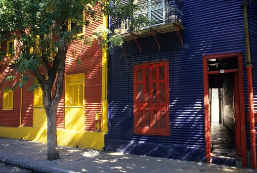 Brightly colored houses and art displays, Caminito pedestrian walk, La Boca, Buenos Aires, Argentina : Stock Photo
