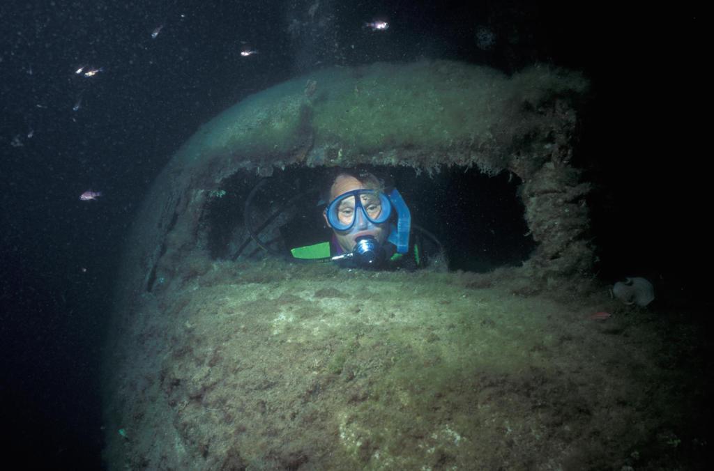 Scuba diver in plane wrecks : Stock Photo