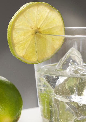 Stock Photo: 4292-68914 Glass of water with ice and lime