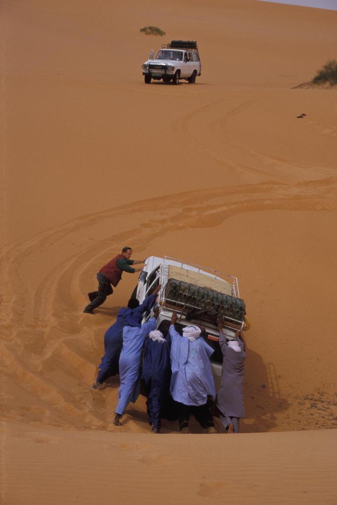 Libya, Erg Ubari, car stucked in a dune : Stock Photo