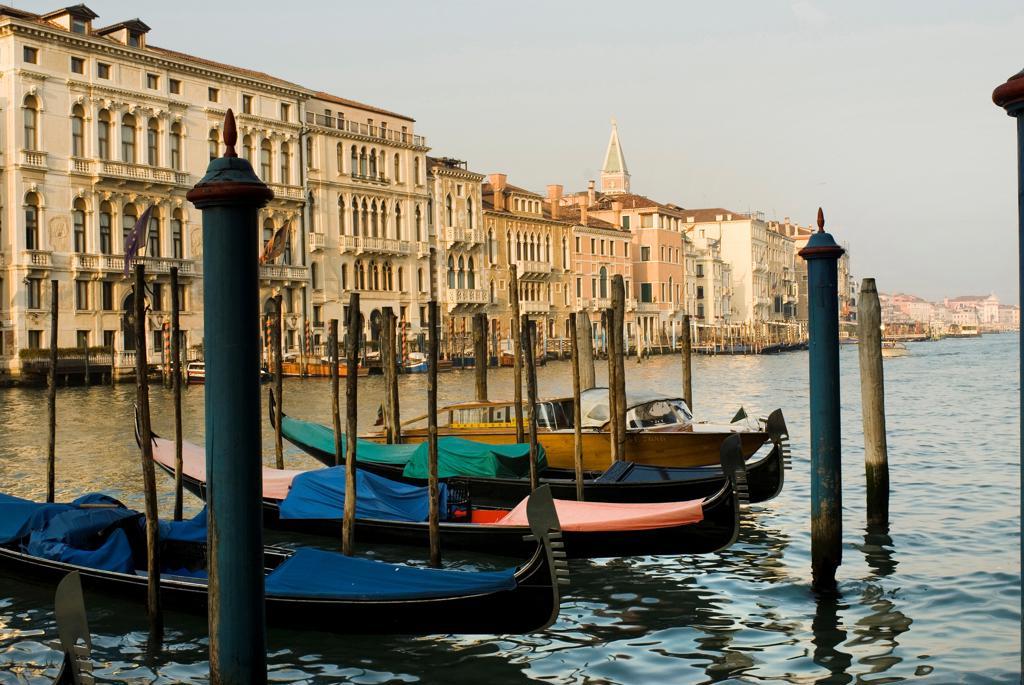 Italy, Veneto, Venice, Canal Grande. Gondolas : Stock Photo